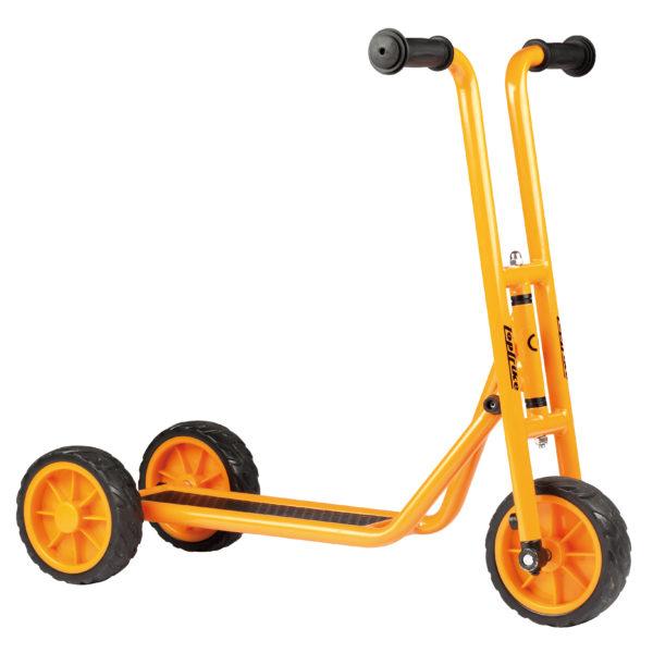 Seitenansicht des orangfarbenen Krippenrollers mit rutschfestem Trittbrett und doppelten Hinterrädern von beleduc für Kinder ab dem Krippenalter