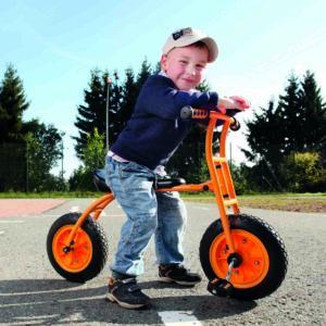 Bub im Kindergartenalter auf dem Lernfahrrad Top Bike von beleduc