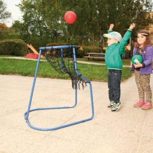 Kind wirft Ball in den Ballwurftrainer
