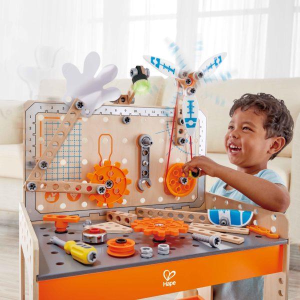 Kind spielt mit Tüftler Werkbank