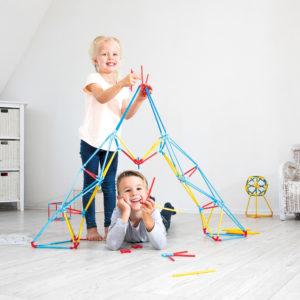 Kinder bauen mit bunten Bambusstäben Flexistix
