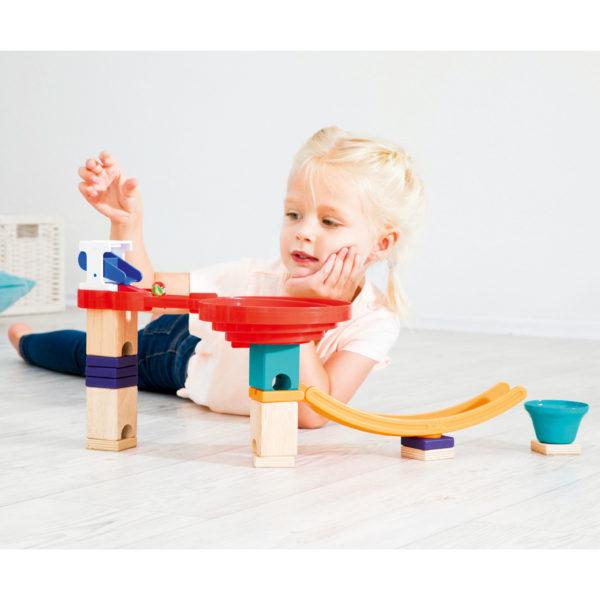 Kind spielt mit Kugelbahn Quadrilla von Hape