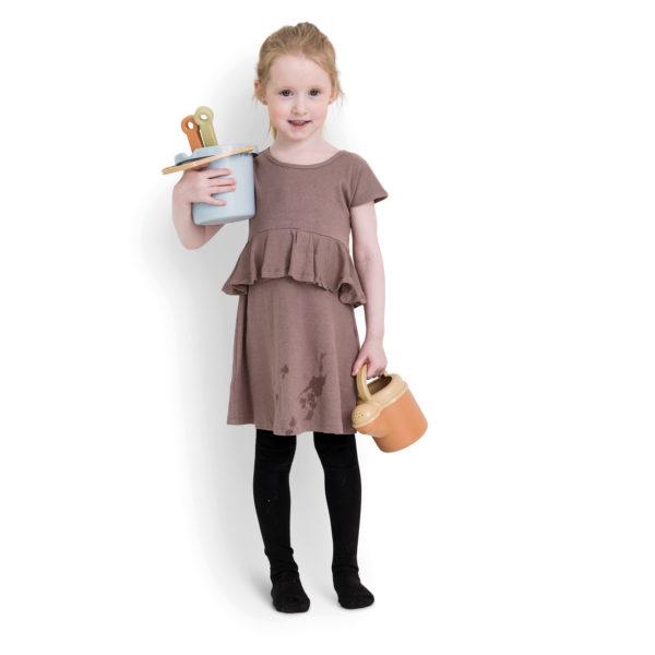 Mädchen hält BIO Sandspielzeug aus Zuckerrohr in den Händen