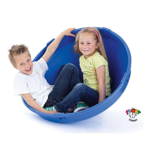 Kinder spielen mit Krisskreisel