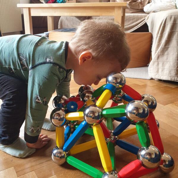 Kleinkind spielt mit dem XXL Magnetspiel Maegie