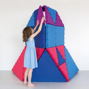 Mädchen im Volksschulalter baut riesiges Haus aus dem großen Tukluk Set