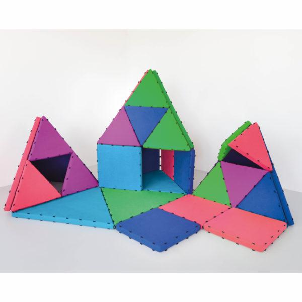 Baubeispiel der magnetischen Schaumstoffbausteine Tukluk in den Farben Blau, Nacht, Gras, Rot und Purpur