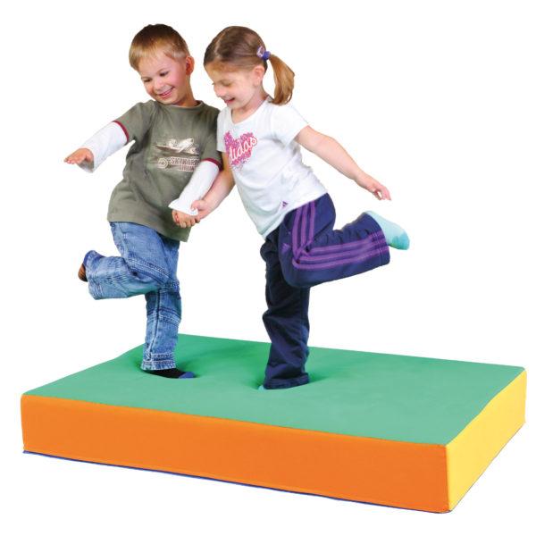 Kinder hüpfen auf Hüpfpolster