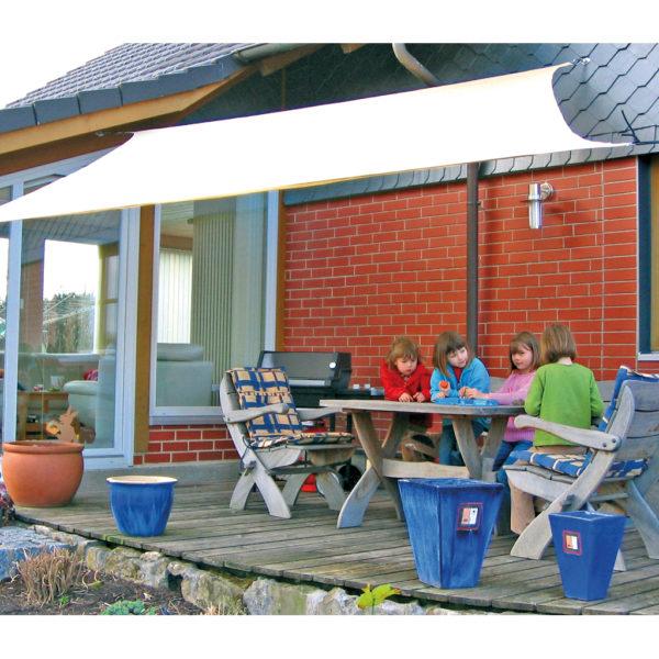 Kinder sitzen am Tisch unter dem Sonnensegel groß
