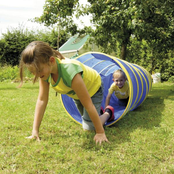 Kinder krabbeln aus Kriechtunnel heraus