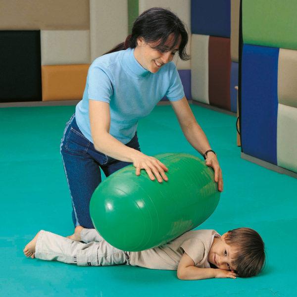 Kind wird mit Gymnastikrolle massiert