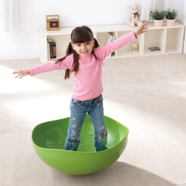 Kind steht in Therapiehalbkugel