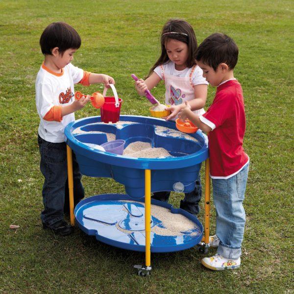 Kinder spielen mit dem Sand- Wassertisch