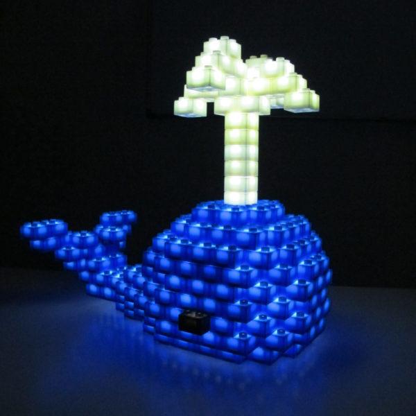 Leuchtender Walfisch in blau und weiß als Baubeispiel der Lego® kompatibelen Leuchtbausteine