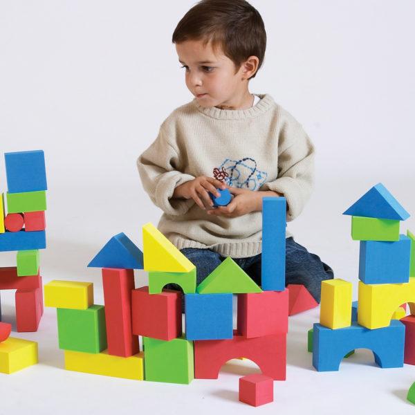 Bub im Kindergartenalter spielt mit den weichen kleinen Softbausteinen