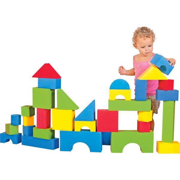 KInd im Kleinkindalter spielt mit den weichen großen Softbausteinen