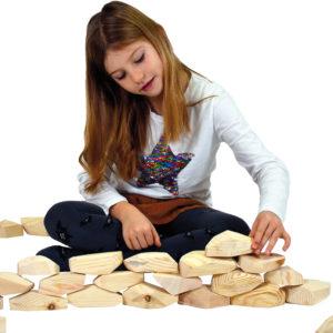 Kind spielt mit Diamant Holzbausteine