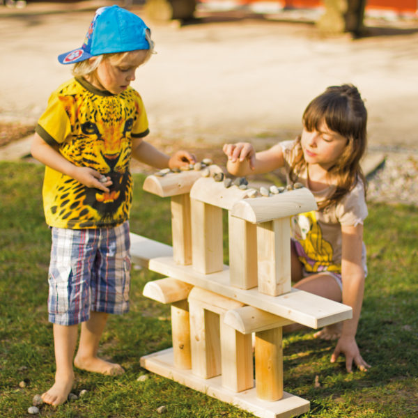 Kinder spielen mit dem Kreativ Holz Wunderbaum