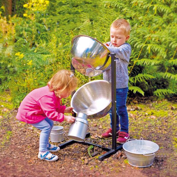 Kinder spielen mit der Experimentierstation Wasserfall