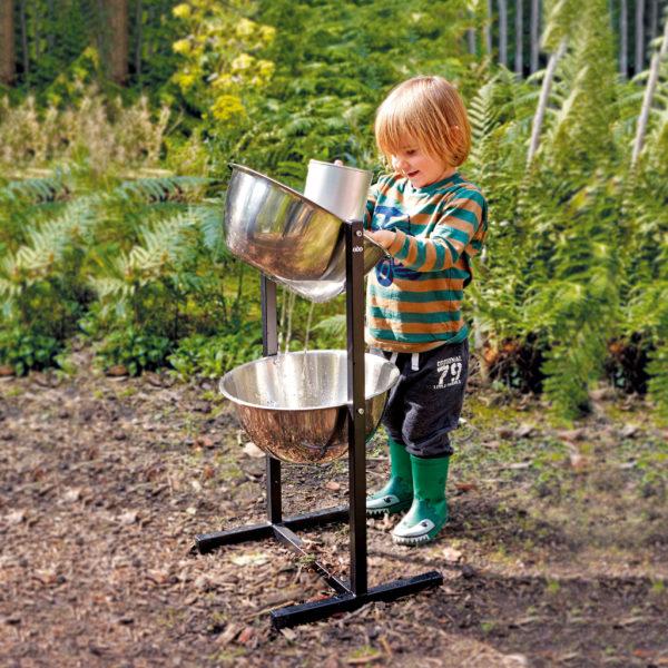 Kind spielt mit der Experimentierstation Wasserfall