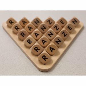 Buchstabenwürfel auf Kolzplatte von olifu