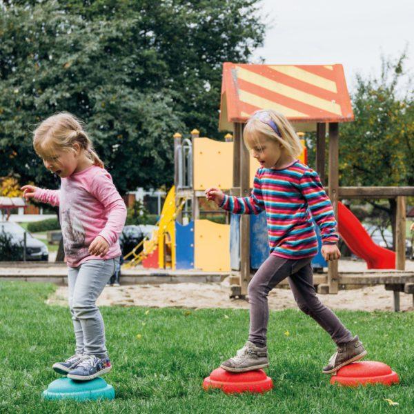 Kinder laufen über Stapelstein Parcour