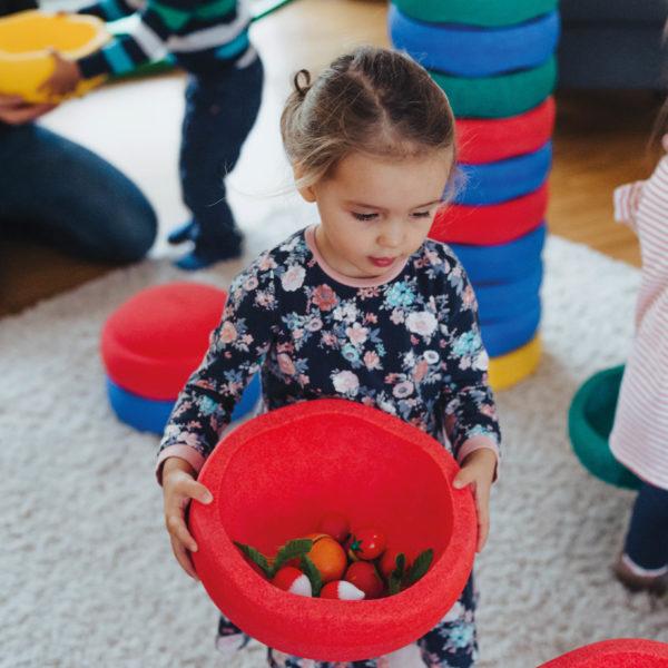 Kind verwendet Stapelstein als Schale