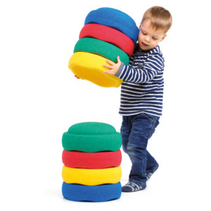 Kind baut Turm mit Stapelsteinen