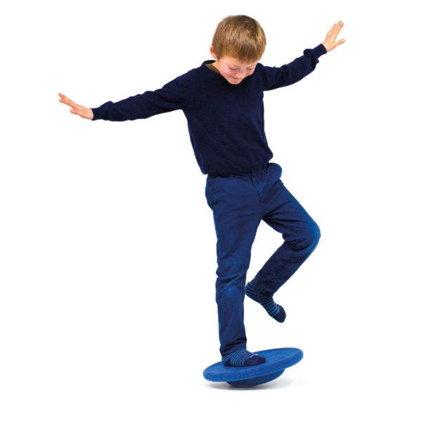 Kind balanciert auf Kreiselstein Stapelsteine