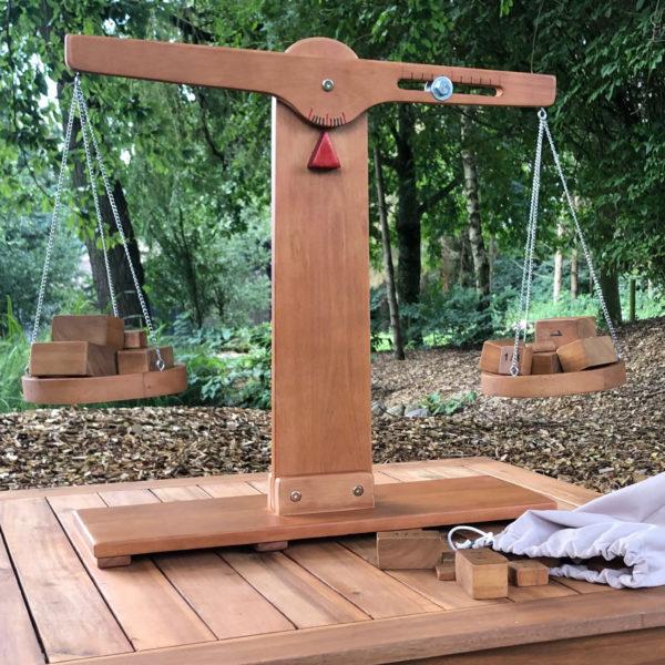 Holzwaage mit Gewichtsblöcken