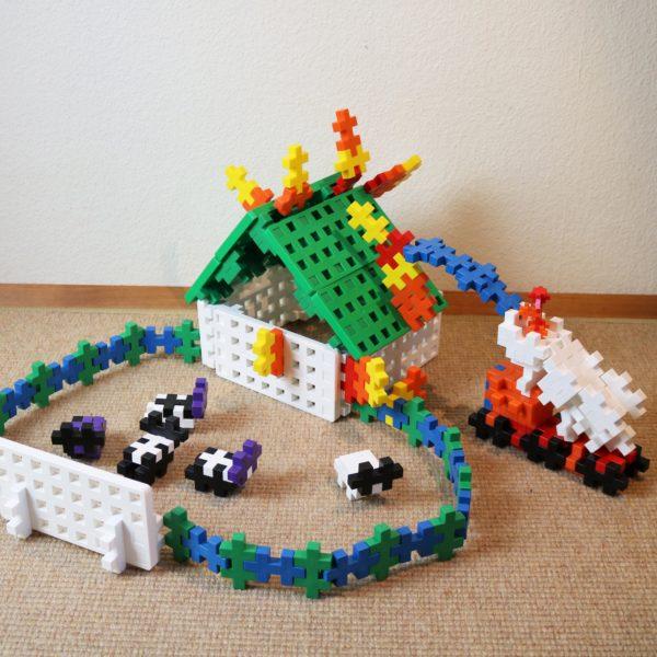 Kleine Welt gebaut aus Plus Plus Bausteinen für Kinder im Kindergarten- und Schulalter
