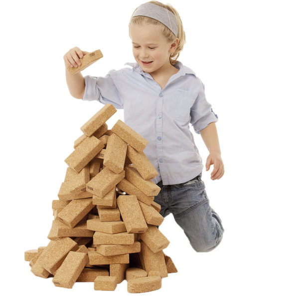 Kind baut mit Bausteinen aus Kork von KORXX