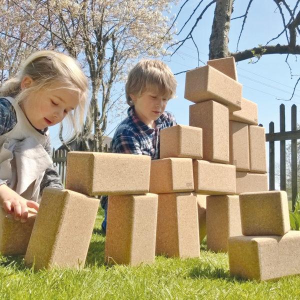 Kinder bauen mit Bausteinen aus Kork von KORXX