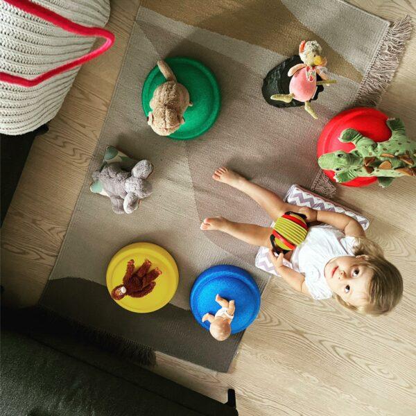 Kind spielt mit Stapelsteinen