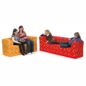Kinder sitzen auf Sofa