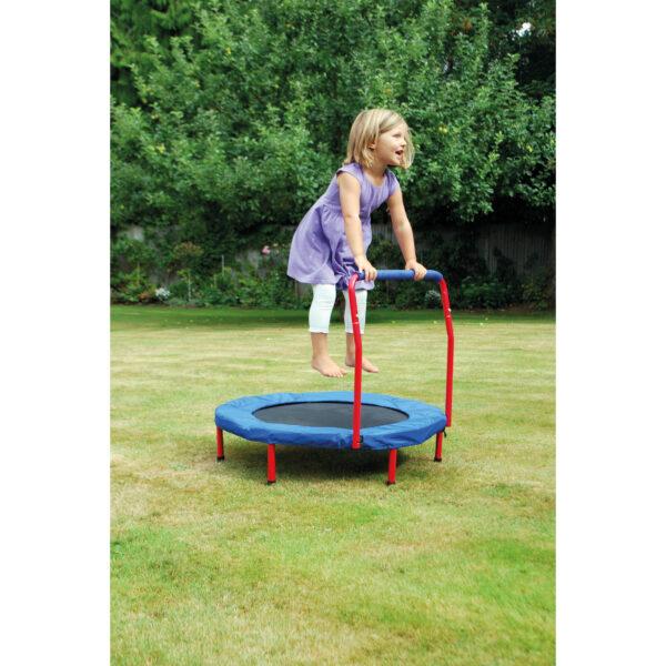 Kind hüpft auf Trampolin mit Haltegriff