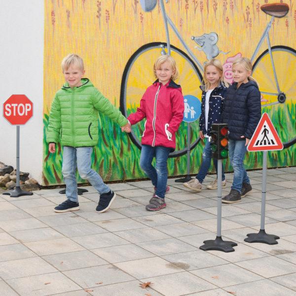 Kinder üben Verkehrsregeln anhand der Verkehrsschilder