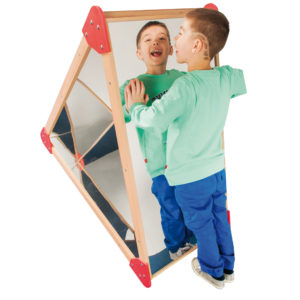 Kind sieht sich in der Spiegelpyramide an