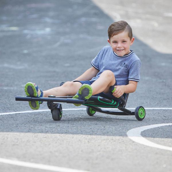 Kind fährt auf bikez Racer