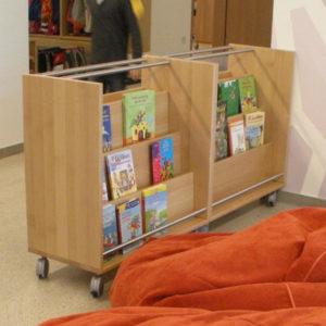 Bilderbuchwagen für die Leseecke in gruppenräumen im Kindergarten