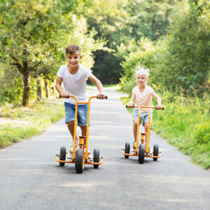 Kinder fahren Toptrike Step'n Roll Fahrzeug