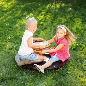 Kinder drehen das Toptrike Karussell