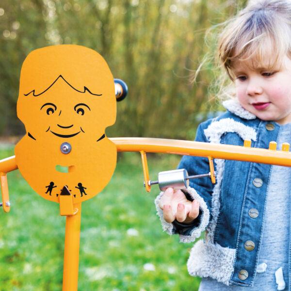 Kind spielt mit der Toptrike Waage