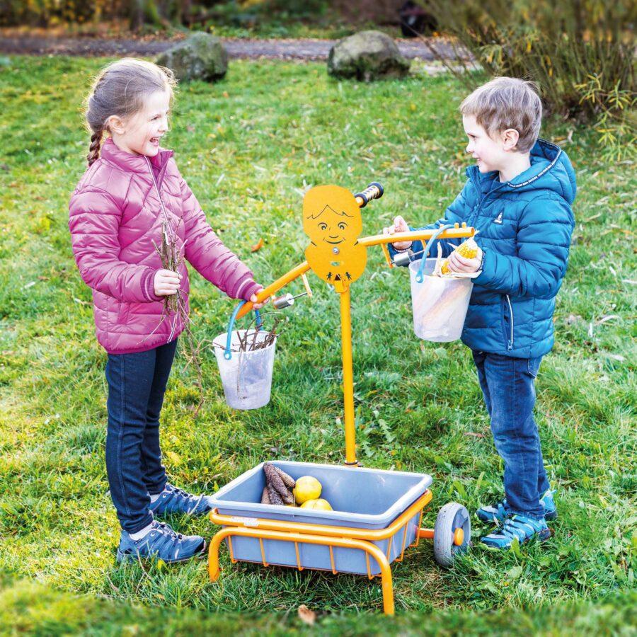 Kinder wiegen Naturmaterialien mit der Toptrike Waage