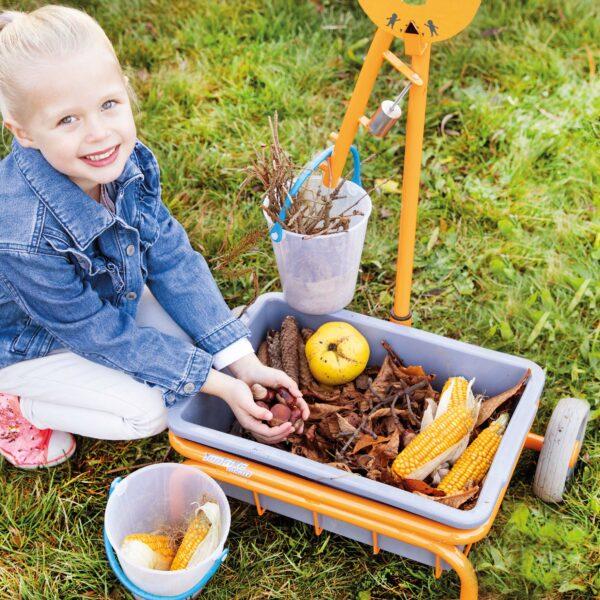 Kind wiegt Naturmaterialien mit der Toptrike Waage ab