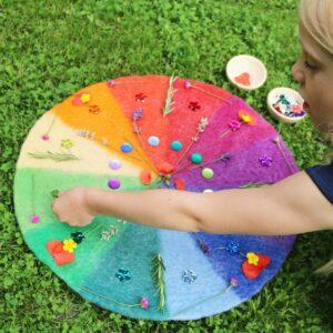 Legearbeit auf dem Farbenkreis im Frühling