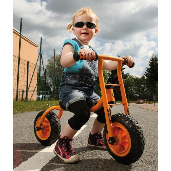 Kind sitzt auf Laufrad Little Walker