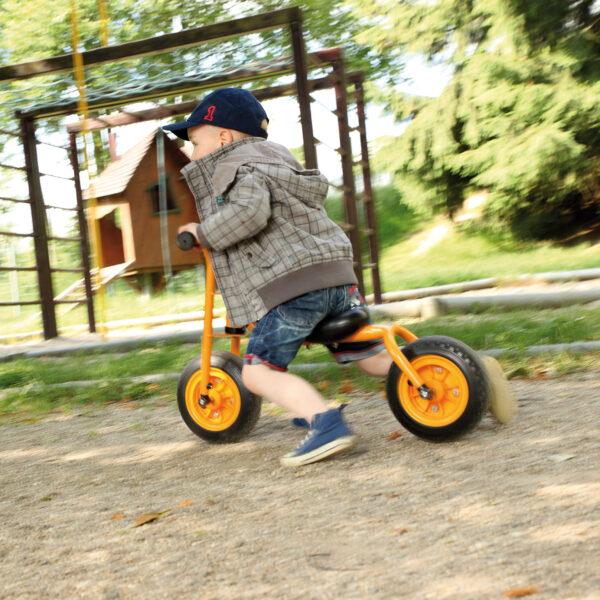 Kidn fährt auf Laufrad Little Walker