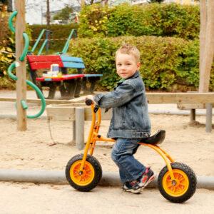Kind fährt mit Laufrad Walker von Toptrike