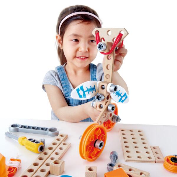 Kind spielt mit dem Erfinder Set Deluxe